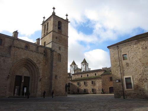 plaza y iglesias en caceres extremadura