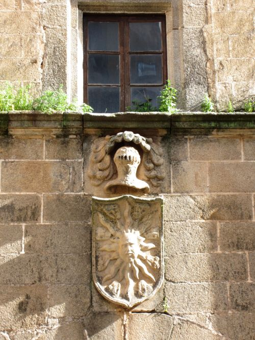 sun and knight's helmet, noble house, caceres